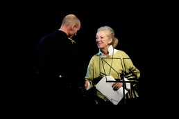 Rud Ellegaard modtager Tine Bryld Prisens særpris 2014 af Helle Degn (formand for Tine Bryld Prisen).
