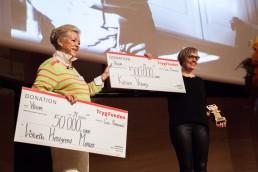 Helle Degn overrækker Tine Bryld Prisen til prismodtager Lisbeth Høstgaard Møller, Kvisten Viborg
