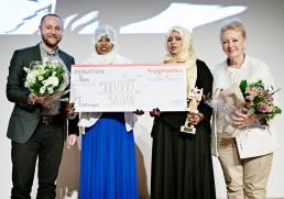 Overrækkelse af Tine Bryld Prisen 2016: Christoffer Elbrønd (Trygfonden), Shamso Xasen, Ayan Muumin (begge SAHAN) og Helle Degn (Formand Tine Bryld Prisen).